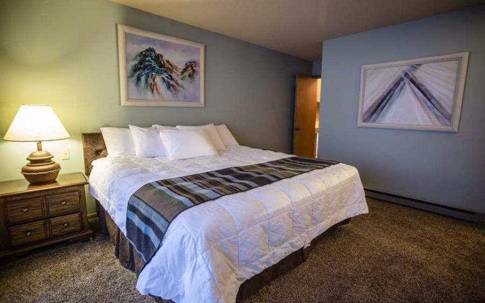 Unit 416 Main Bedroom (1)